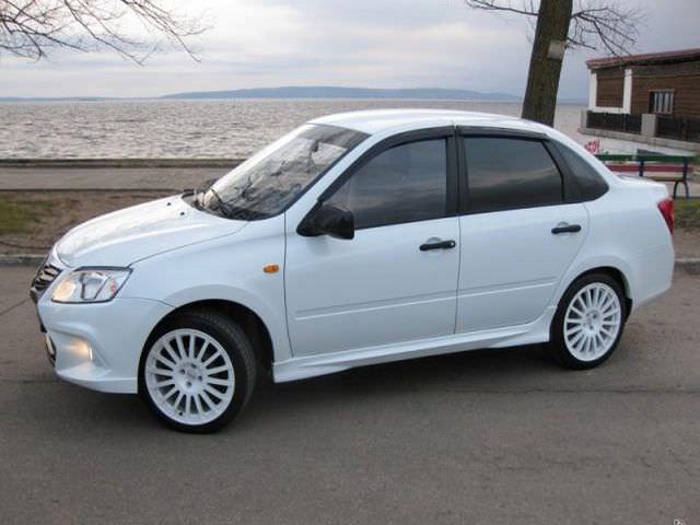 Автомобиль Лада Гранта в белом цвете
