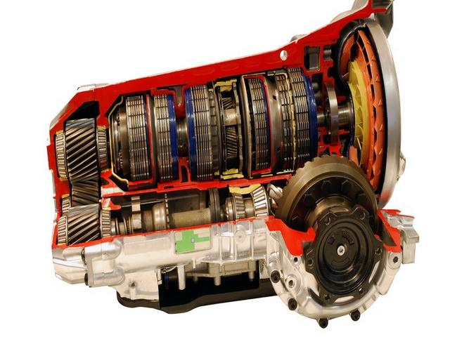 Корпус гидротрансформатора вращается вместе с насосным колесом. Турбина с корпусом не связана (за исключением периода блокировки ГТ) – она соединена с валом коробки. Реактор при этом закреплен через обгонную муфту – она не дает ему проворачиваться под напором потока, когда разница в скорости вращения насосного и турбинного колес велика, но позволяет вращаться вместе с ними в одном направлении, когда автомобиль движется с постоянной скоростью и проскальзывание ГТ минимально. Так удается поднять КПД коробки.