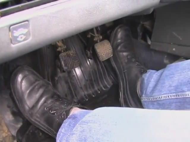 Правая нога попеременно нажимает на две педали – тормоз и газ