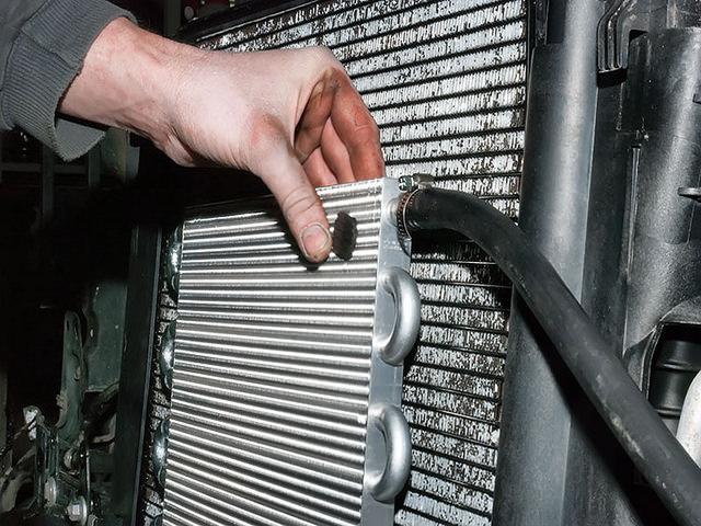 процесс установки радиатора АКПП